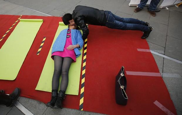 Competição em parque de diversões em Pequim procurava o beijo mais inusitado entre os casais (Foto: Kim Kyung-Hoon/Reuters)