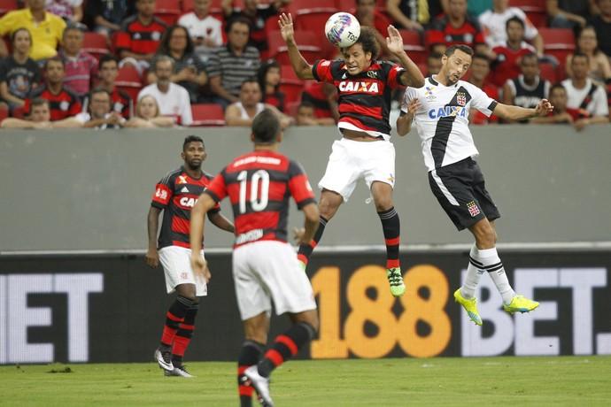 Willian Arão e Nenê disputam bola pelo alto (Foto: Gilvan de Souza/Fla Imagem)