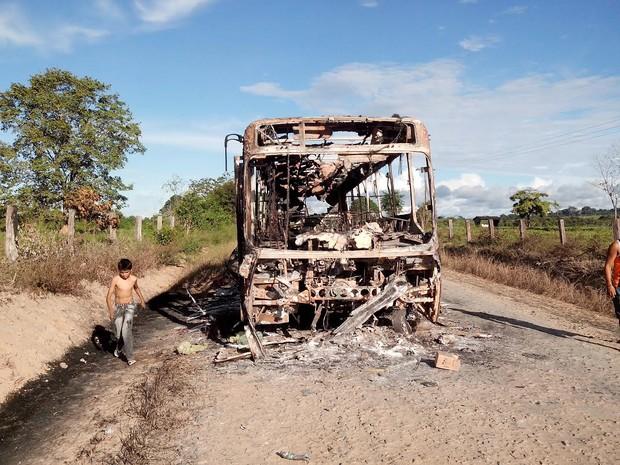 Veículo teria tentado desviar do protesto e foi incendiado em viscinal. (Foto: Glaydson Castro/ TV Liberal)