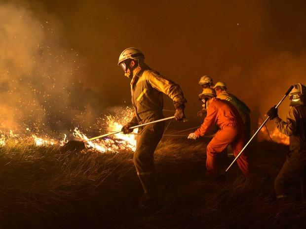 bombeiros tentam controlar incêndio florestal perto da cidade de Berango, no norte da Espanha (Foto: REUTERS/Vincent West)