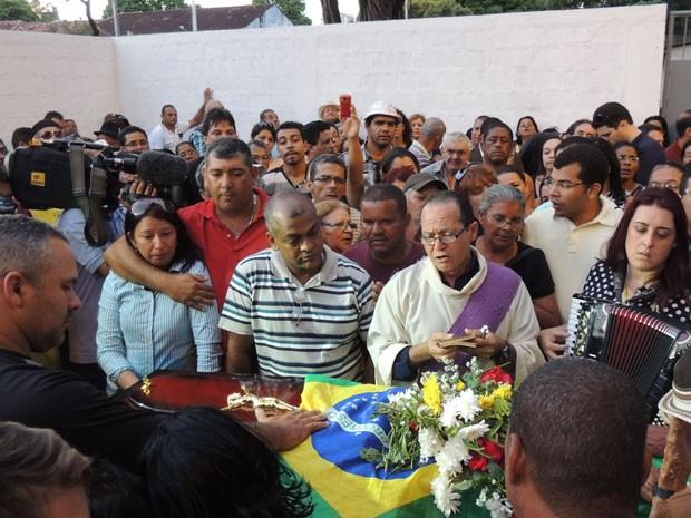 Corpo de Arlindo dos 8 Baixos é enterrado no Recife (Foto: Priscila Miranda / G1)