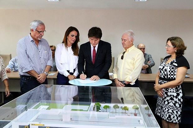 Robinson assinou a ordem na manhã desta segunda (03), ao lado dos secretários da Sethas, Julianne Faria, e da Segepro, Wagner Araújo (Foto: Demis Roussos)
