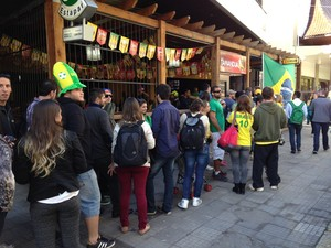 Fila bares Cidade Baixa Porto Alegre (Foto: Vinícius Guerreiro/G1)