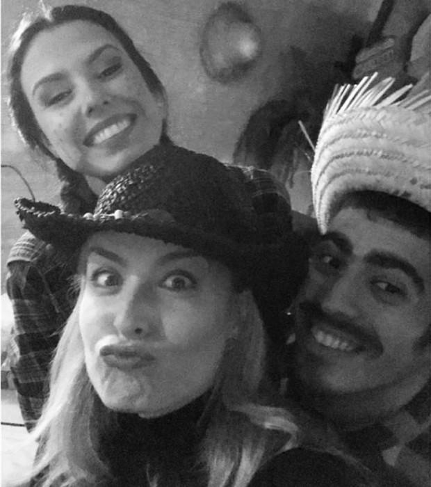 Angélica posa com o casal Arthur Marbá e Lívia Linhares (Foto: Reprodução/Instagram)