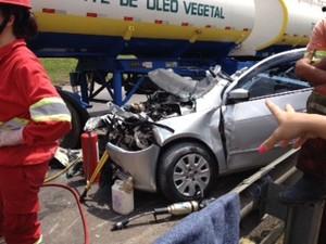 Um dos carros envolvidos no acidente (Foto: Dulcineia Novaes / RPC)