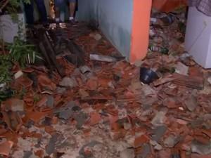 Casas ficaram destelhadas por conta do temporal (Foto: Reprodução/TV TEM)