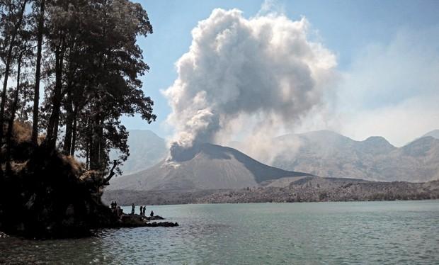 Cinza vulcânica é vista durante erupção de vulcão que fica em Monte Rinjani, na ilha indonésia de Lombok, em 25 de outubro (Foto:  Lalu Edi/Antara/ Reuters)