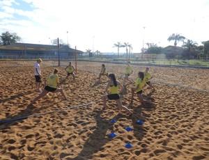 Atletas do vôlei do Praia Clube fazem treino na areia no Sesi Gravatás (Foto: Carolina Portilho/GLOBOESPORTE.COm)