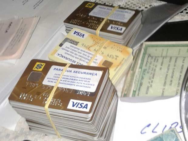 Cartões apreendidos com suspeitos de envolvimento em fraudes a pagamentos de loteria (Foto: Polícia Federal/Divulgação)