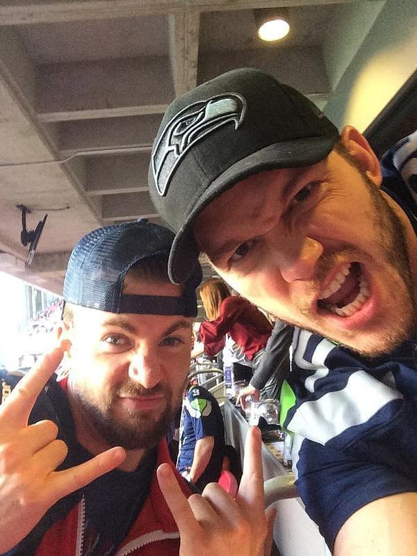 Chris Evans e Chris Pratt torcem para times diferentes de futebol americano, mas a rivalidade não impediu que assistissem ao SuperBowl juntos (Foto: Twitter)