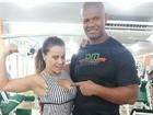 Viviane Araújo faz pose e mostra o muque ao lado do treinador