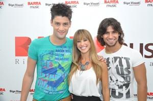 Dany  Bananinha posa com a dupla sertaneja Munhoz e Mariano em show no Rio (Foto: Bruno Henrique/ Divulgação)