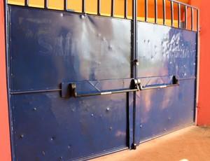 Trava de segurança que faltava já foi instalada, mas vistoria ainda não foi solicitada do Corpo de Bombeiros (Foto: Júnior Freitas)