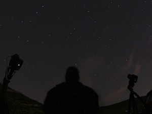 Fotógrafo aponta suas câmeras para o céu, esperando capturar imagens de meteoros prevista para a madrugada deste sábado no norte de Castaic Lake, na Califórnia  (Foto: Reuters/Gene Blevins)