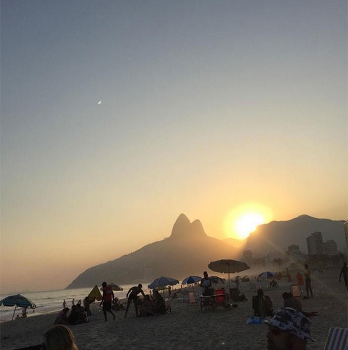 Lzzy Hale não resistiu ao pôr do sol de Ipanema (Foto: Arquivo Pessoal)