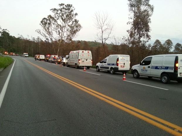 Ambulâncias e carros de funerária aguardam pelo socorro das vítimas na rodovia. (Foto: Polícia Rodoviária Federal/Divulgação)