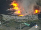 Incêndio volta a atingir terreno com pneus em Curicica, no Rio