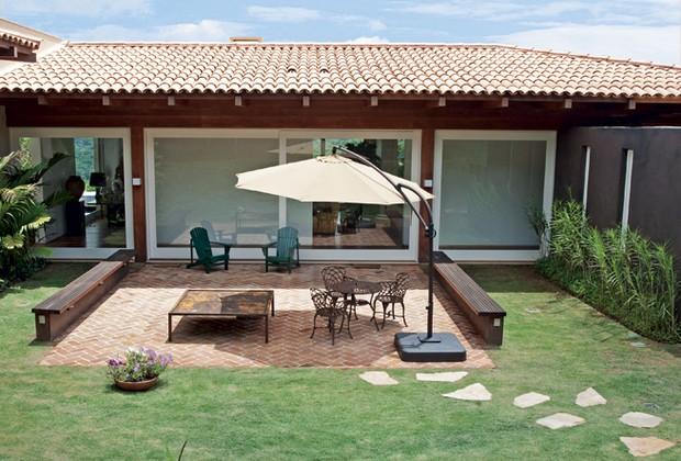 mesa jardim ombrelone:Área de lazer e natureza no jardim – Casa e Jardim