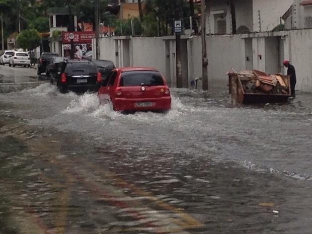 Chuva deixa ruas de Fortaleza alagadas (Foto: Bárbara Sena/TV Verdes Mares)