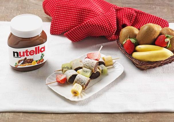 No espetinho: crepes recheados com Nutella intercalados por frutas  (Foto: Divulgação)