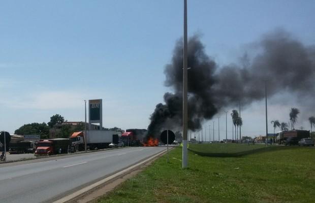 Caminhoneiros fecham BR-040, Luziânia, Goiás (Foto: Divulgação/PRF)