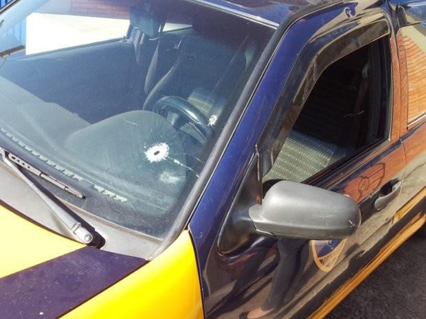 Viatura da Guarda Municipal foi danificada pelos tiros durante a ação criminosa  (Foto: Eduardo Guidini/G1)