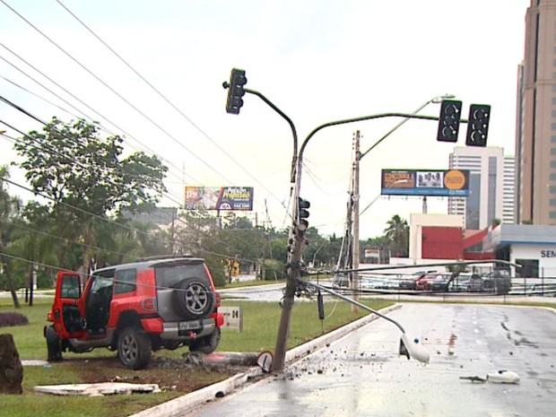 Carro derrubou poste na Avenida Presidente Vargas, em Ribeirão Preto, SP (Foto: Reprodução/EPTV)