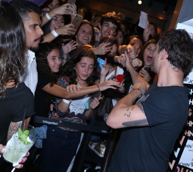 Ed Westwick e fãs (Foto: Anderson Borde/AgNews)