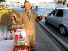 De terno e gravata, vendedor de doces conquista motoristas em Sorocaba