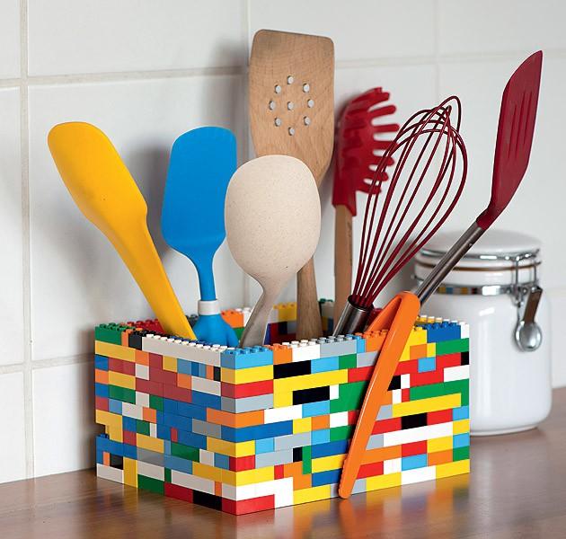 Um pouco maior, um pouco menor, você é quem manda: montar um porta-utensílios com peças de Lego é um jeito divertido de injetar uma dose de cor e humor à cozinha. Para deixar tudo mais organizado, coloque potes baixos dentro do porta-trecos. Ou faça divis (Foto: Iara Venanzi/Editora Globo )
