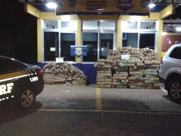 Ao todo, PRF apreendeu 1.113 quilos de maconha. É a 2ª maior apreensão da droga no PR este ano (Foto: Divulgação/PRF)