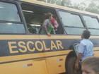 Ônibus escolar atola em estrada rural de Araras e crianças saem pela janela