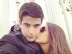 Enzo Celulari ganha beijo da namorada