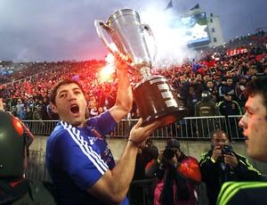 Jose Rojas com a taça de campeão da La U Chile (Foto: EFE)