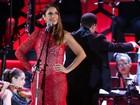Ivete Sangalo usa vestido de renda vermelha durante show na Bahia