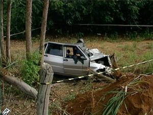 Acidente deixa motorista morto e mulher ferida em Aracruz, no Espírito Santo. (Foto: Reprodução/TV Gazeta)
