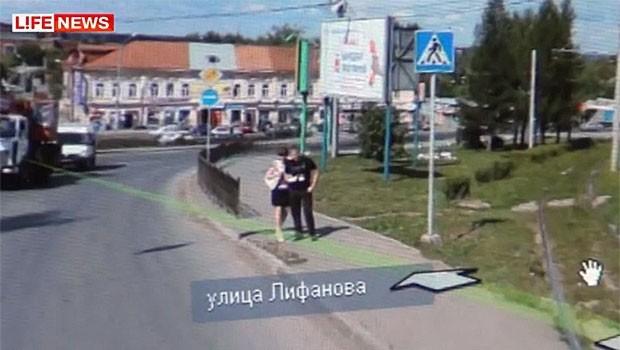 Neste ano, a russa Marina Voinova , de 24 anos, descobriu que seu noivo estava lhe traindo depois de vê-lo com outra mulher em um serviço semelhante ao Google Maps. Ela estava usando o 'Yandex Maps', serviço russo equivalente ao Google Maps, para procurar um endereço. Quando ela abriu o recurso do Street View, Marina viu a imagem de seu noivo abraçado com outra mulher (Foto: Reprodução/Yandex Maps)