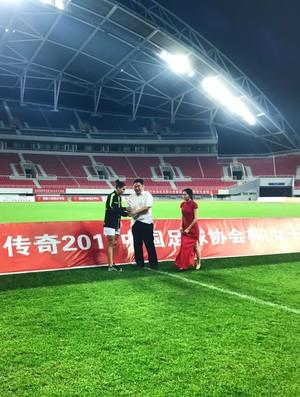 Rafaelle com o troféu de artilheira na China