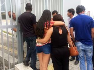 Familiares de funcionários estão na porta do prédio em busca de notícias (Foto: Henrique Mendes/G1)