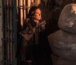 Encarnação recebe ameaça do marido  (Foto: Caiuá Franco/TV Globo)