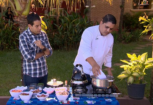 O repórter Lélio Ramos acompanha o preparo da feijoada francesa (Foto: Reprodução TV Fronteira)