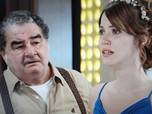 Vicente percebe que ao se passa na cabeça de Laura (Foto: TV Globo)