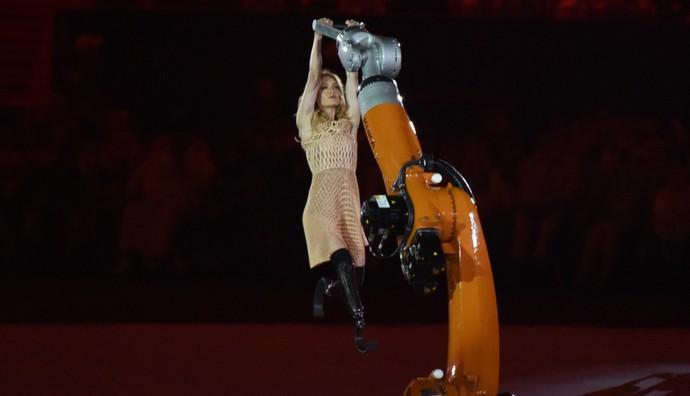 Amy Purdy dança na abertura (Foto: Reuters)