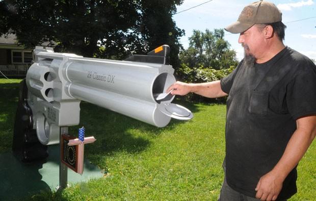 Caixa de correio em formato de revólver gigante virou atração em Lopatcong Township (Foto: Sue Beyer/The Express-Times/AP)