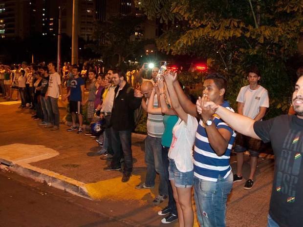 Manifestantes fizeram oração após morte em protesto de Ribeirão Preto (Foto: Érico Andrade/ G1)