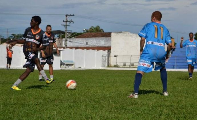 Negueba faz graça em jogo beneficente em Cruzeiro-SP (Foto: Luís Henrique Costa/ Mix Vale)