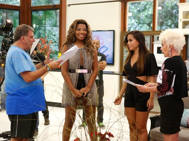 Ludmilla, Anitta e Ana Maria Braga alinham os detalhes da gravação com o diretor Jorge Fernando (Foto: Ellen Soares/Gshow)