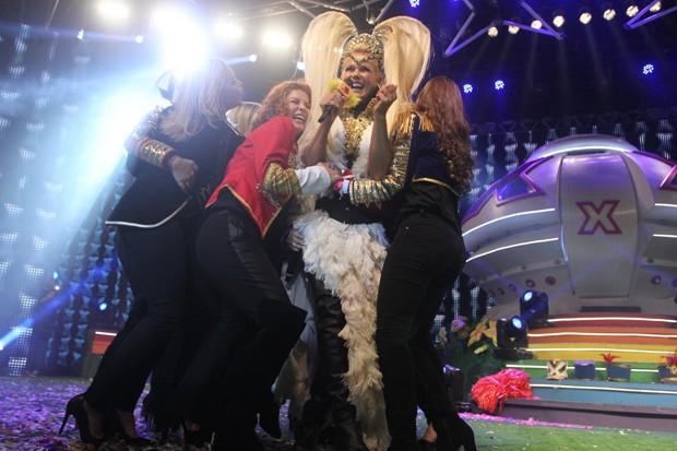 Xuxa e ex-paquitas (Foto: Marcello Sá Barretto/AgNews)
