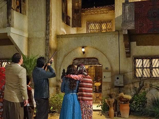 Zyah dá um tiro na garrafa de Ayla (Foto: Salve Jorge/TV Globo)