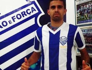 Carlinhos veste a camisa do CSA (Foto: Artur Almeida/Assessoria CSA)